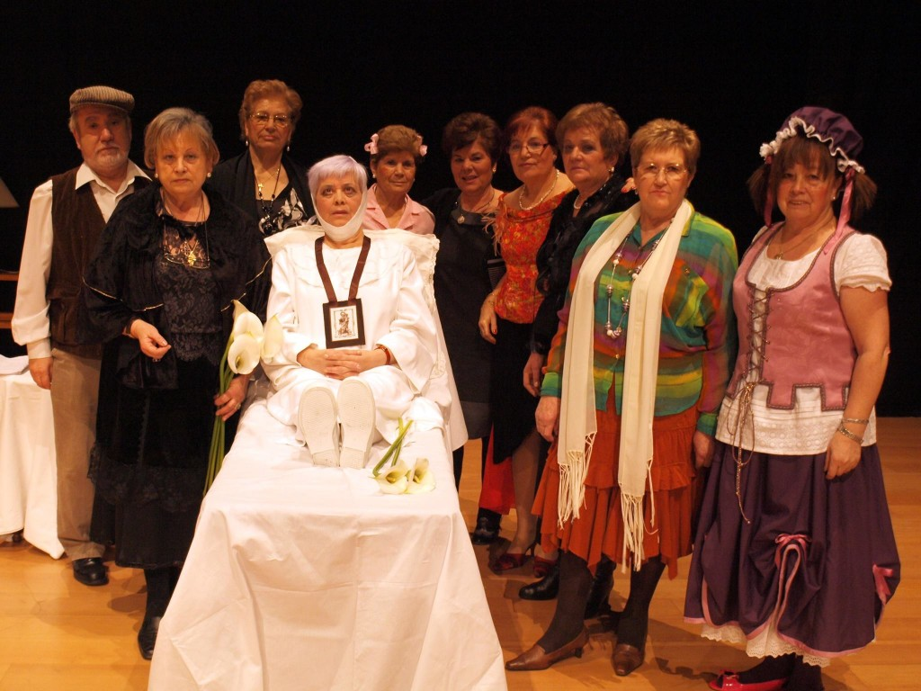 Los alumnos de la Universidad de la Experiencia de Ponferrada en una de sus actuaciones teatrales